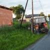 Mladík s traktorem nezvládl v Třeštině projet zatáčkou