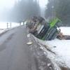 Nákladní vozidlo s tahačem najelo na nezpevněnou krajnici