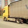 Řidič nákladní soupravy zdemoloval svodidla