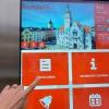Digitální úřední deska stojí před šumperskou radnicí